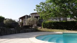 Vue sur la maison Amalthée depuis le solarium piscine