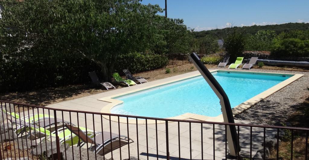 Détente et plaisir dans l'espace solarium piscine